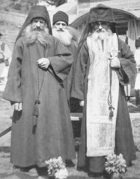 Иеромонах Гликерий (Тэнасе) (справа) и иеродиакон Давид (Бидаску) (слева)
