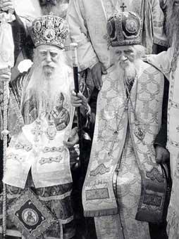 Первоиерархи румынских и греческих старокалендаристов митрополит Коринфский Каллист (Макрис) (слева) и митрополит Румынский Гликерий (Тэнасе) (справа). Слатиоара, 1979 г.