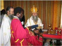 Архиепископ Григорий (Абу-Ассаль) рукополагает нового диакона. Конго, 2006 г
