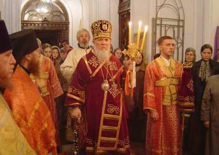 Архиепископ Одесский и Тамбовский Лазарь (Журбенко) во время совершения Пасхального богослужения