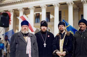 Фото 10. «Священнослужители» БАП(Н)Ц во время демонстрации оппозиции на Октябрьской площади г. Минска. 21 марта 2006 г.
