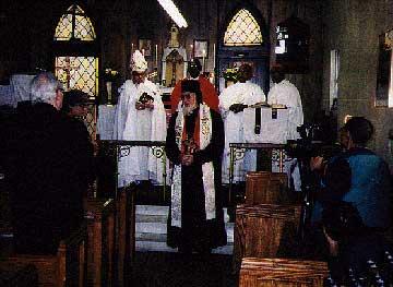 Фото 11. «Архиепископ» Юрий Рыжий (в центре) проповедует во время богослужения в храме «Епископальной Американской Католической Церкви»